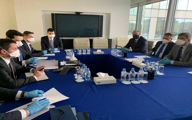 الوفد العراقي خلال اجتماعه مع الجانب الروسي على هامش زيارة وزير النفط إلى موسكو