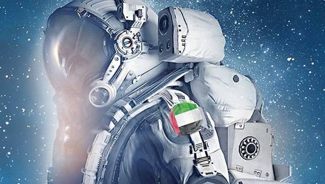 رائد فضاء يحمل علم دولة الإمارات
