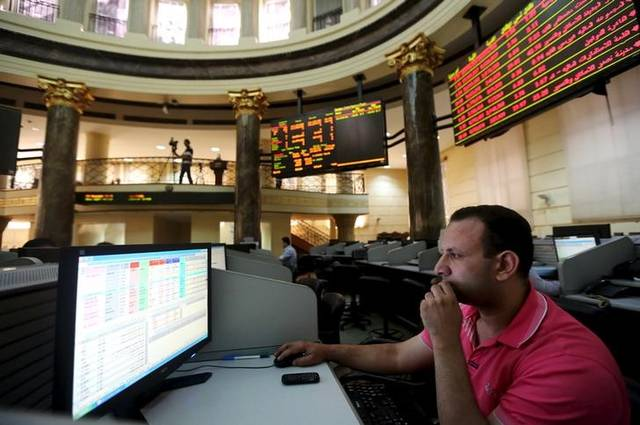 مستثمرين أمام شاشة التداول في بورصة مصر