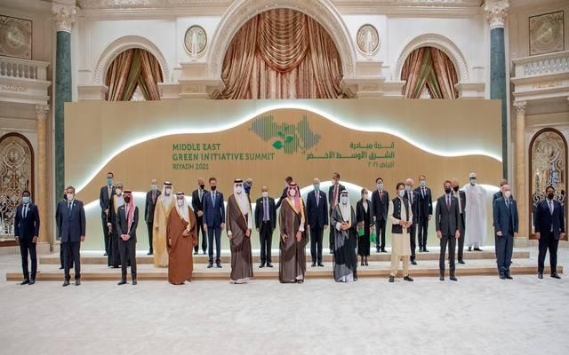 ولي العهد السعودي يتوسط قادة ورؤساء دول وحكومات العالم وممثليهم والمشاركين في قمة مبادرة الشرق الأوسط الأخضر.