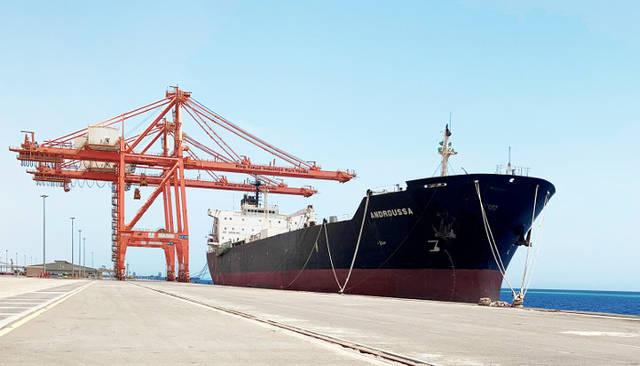 جانب من عمليات وتشغيل ميناء الملك فهد الصناعي