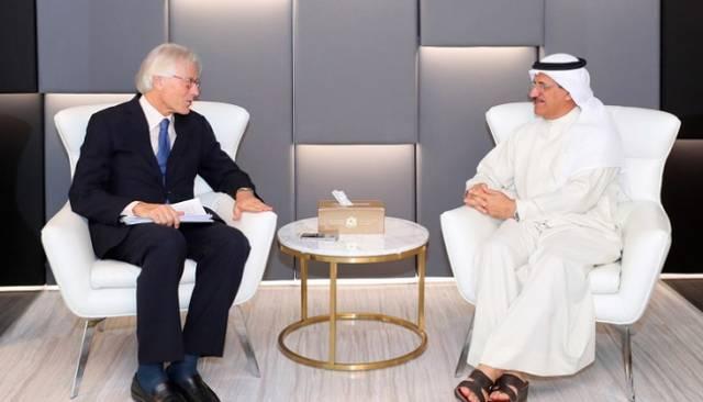سلطان بن سعيد المنصوري، وزير الاقتصاد الإماراتي، مع باتريزيو فوندي، سفير الاتحاد الأوروبي لدى الدولة أثناء اللقاء