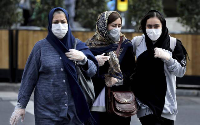 مواطنات يرتدين كمامات الوقاية من الفيروسات في أحد الأماكن العامة