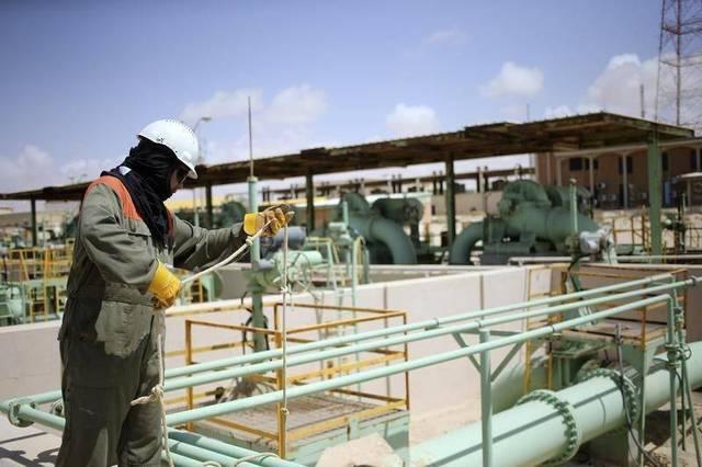 عامل بأحد المشاريع النفطية