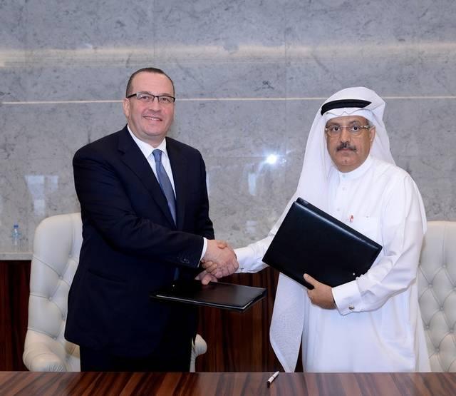 الرئيس التنفيذي لمجموعة مصرف أبوظبي الإسلامي مازن منّاع، والرئيس التنفيذي لمجموعة البركة المصرفية عدنان أحمد يوسف خلال توقيع المذكرة
