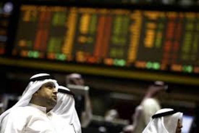 متعاملون يتابعون الأسعار بقاعة سوق الكويت المالي، الصورة أرشيفية