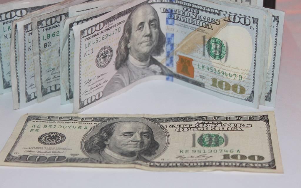 محدث.. الدولار يتراجع عالمياً مع بيانات اقتصادية وتطورات تجارية