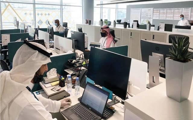 موظفون بإحدى المنشآت السعودية- أرشيفية