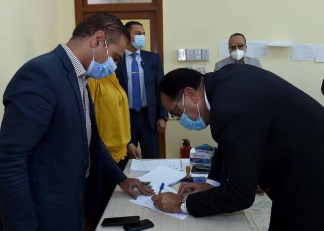 مصطفى مدبولي رئيس وزراء مصر يدلي بصوته