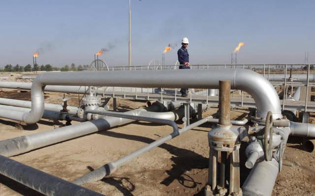عامل بأحد حقول النفط
