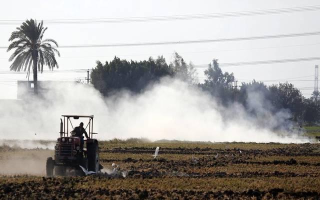 مُزارع يجهز الأرض لزراعتها - الصورة من أريبيان رويترز