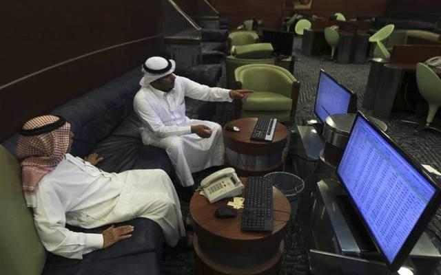 مستثمرون أمام شاشة التداول بالسوق السعودي المالي ـ أرشيفية