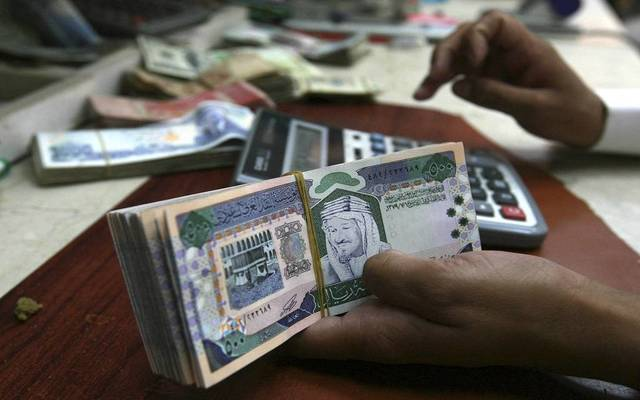 موظف يحصي نقودا بالسعودية