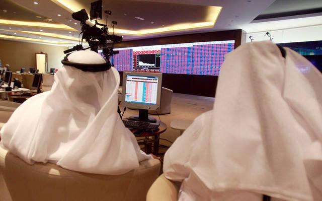 مستثمران يتابعان التداولات ببورصة قطر