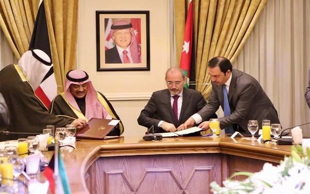 وزير الخارجية الأردني أيمن الصفدي وصباح خالد الحمد الصباح وزير الخارجية الكويتي أثناء توقعي الاتفاقيات