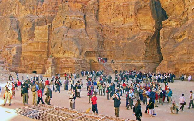 سياح بمدينة البتراء الأردنية