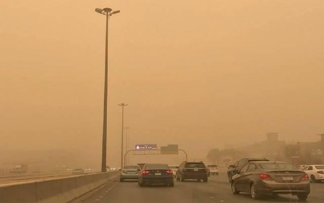 سيارات تمر وسط حالة الطقس السيئ بأحد الطرق السعودية