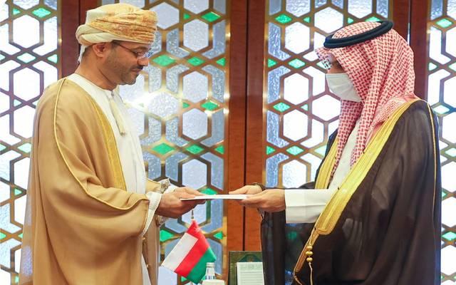 جانب من تسلم وزير الخارجية السعودي رسالة السلطان هيثم بن طارق لخادم الحرمين الشريفين