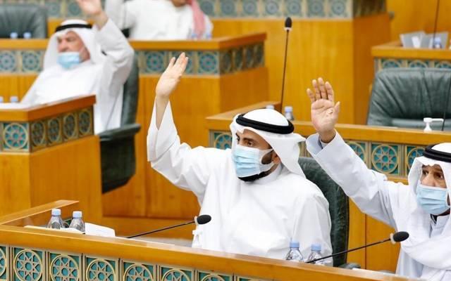 نواب يصوتون في مجلس الأمة الكويتي