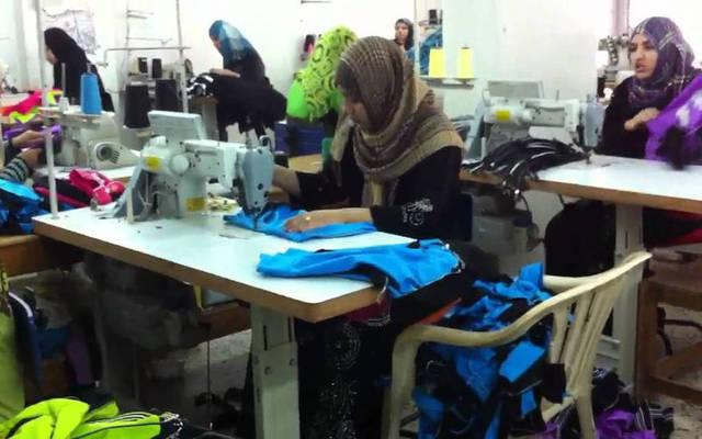 مصنع لإنتاج الملابس الجاهزة