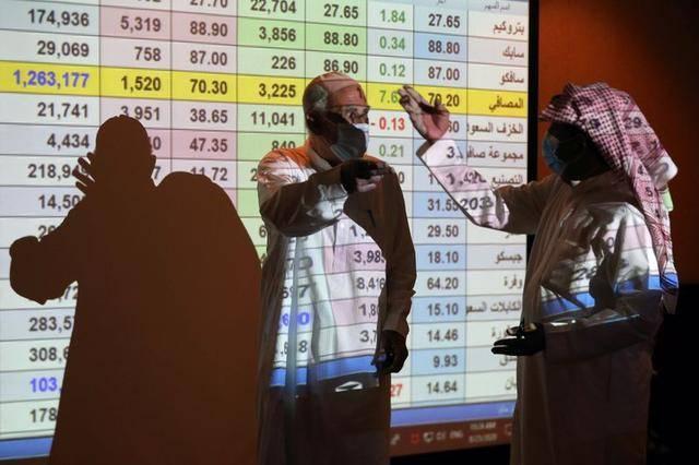 مستثمر أمام شاشة التداول في سوق الأسهم السعودية ـ أرشيفية