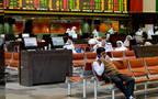 مستثمرون داخل قاعة التداولات ببورصة الكويت