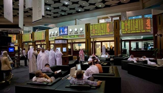 متعاملون داخل مقر قاعة التداول في بورصة دبي