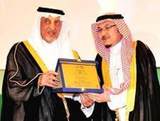 الأمير خالد الفيصل يكرم البنك الأهلي ويثمن دوره الاجتماعي