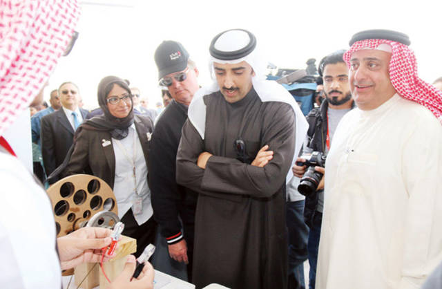 الشيخ محمد بن خليفة بن أحمد آل خليفة وزير النفط البحرينى أثناء زيارته لشركة بابكو