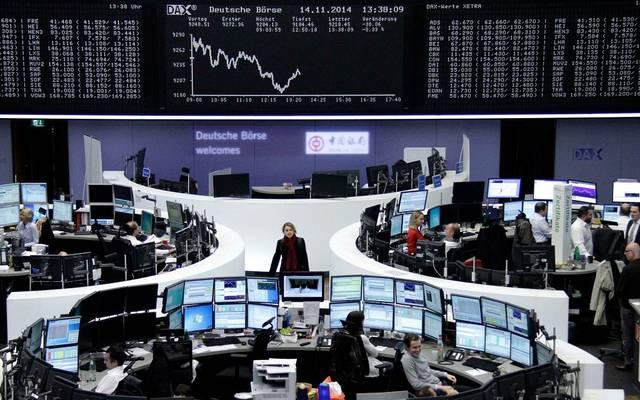 الأسهم الأوروبية تهبط بالختام لكنها تسجل مكاسب أسبوعية