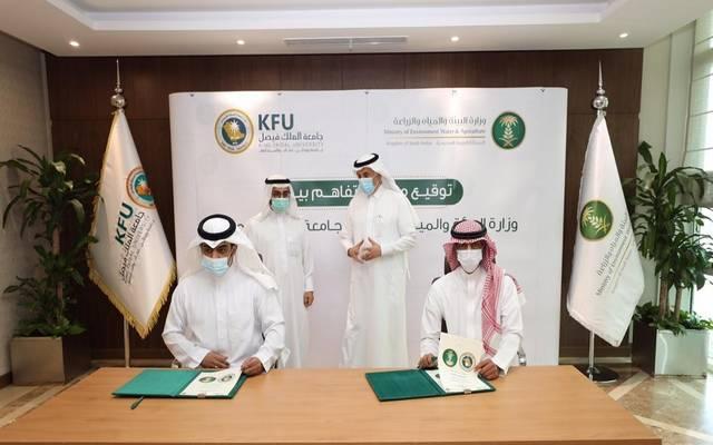 وزير البيئة والمياه والزارعة ومدير جامعة الملك فيصل يشهدان توقيع مذكرة تفاهم لتدريب 10 آلاف مربي ماشية
