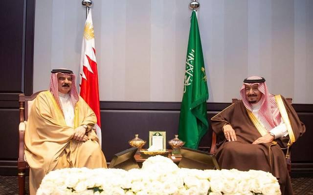 خادم الحرمين الشريفين خلال لقاء سابق مع ملك البحرين