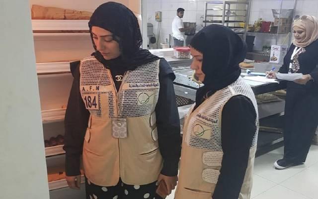 فريق تفتيش تابع للهيئة داخل مطبخ أحد المطاعم في الكويت