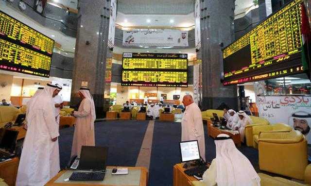 مستثمرون يتابعون أسعار الاسهم بسوق أبوظبي للأوراق المالية