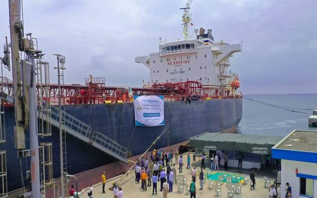 جانب من استقبال ميناء عدن الدفعة الثالثة من منحة المشتقات النفطية السعودية