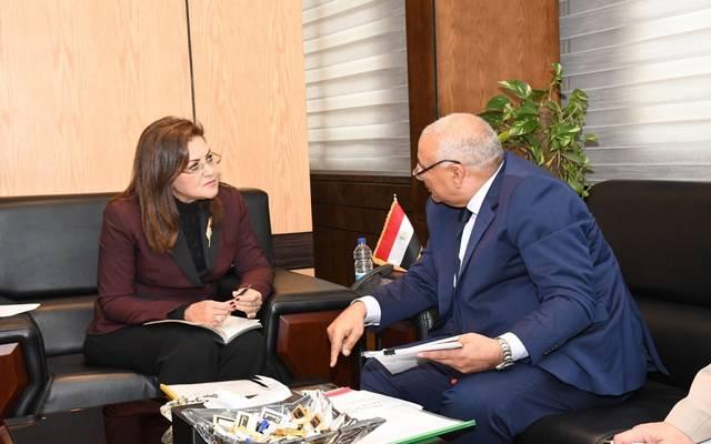 وزيرة التخطيط المصرية في اجتماع مع محافظ الوادي الجديد