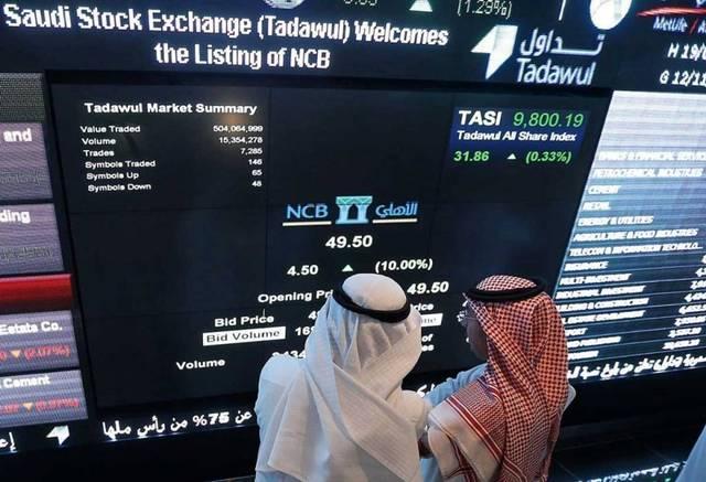 متعاملان  يتابعان أسعار الأسهم السعودية