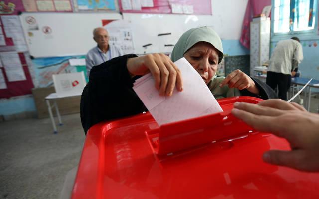 سيدة تدلي بصوتها في الانتخابات الرئاسية التونسية