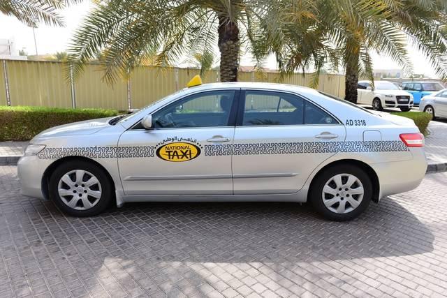 إحدى مركبات الأجرة في إمارة أبوظبي