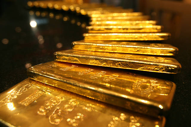 Gold rallies to score first weekly gain amid growth fears