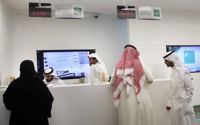 """عملاء داخل أحد الفروع التابعة لبيت التمويل الكويتي """"بيتك"""""""