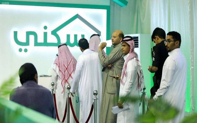 عدد من السعوديين لدى تقديمهم على خيارات برنامج سكني ـ أرشيفية