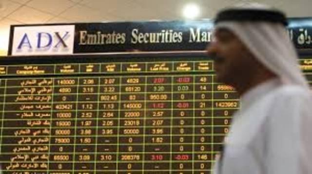 متعامل يتابع أسعار الأسهم بسوق أبوظبي للأوراق المالية
