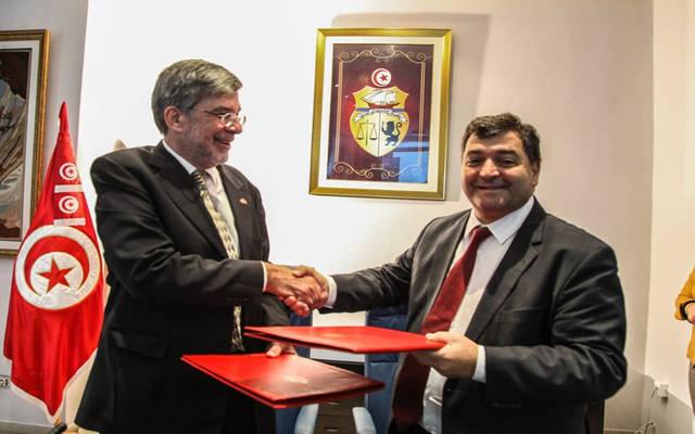 وزير السياحة والصناعات التقليدية التونسي روني الطرابلسي والسفير السويسري إتيان تيفوز بعد توقيع الاتفاقية
