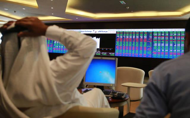 مستثمر يتابع التداولات بالبورصة القطرية