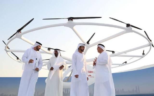 ولي عهد دبي خلال أول تجربة للتاكسي الجوي ذاتي القيادة