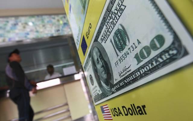 محدث.. الدولار يُعمق خسائره عالمياً وسط ترقب الأوضاع التجارية