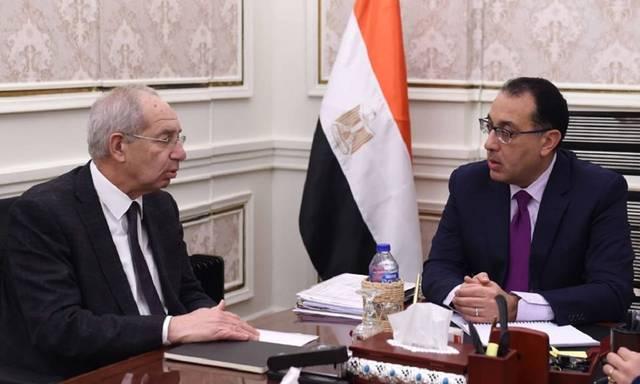 رئيس مجلس الوزراء المصري مصطفى مدبولي مع رئيس المنطقة الاقتصادية لقناة السويس يحيى زكي