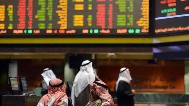 مستثمر أمام  شاشة التداول في سوق دبي المالي