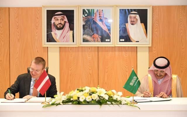 وزير المالية يوقع الاتفاقية مع وزير خارجية لاتفيا